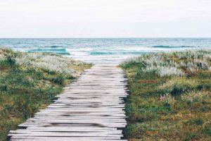 Steg mit Weg zum Meer