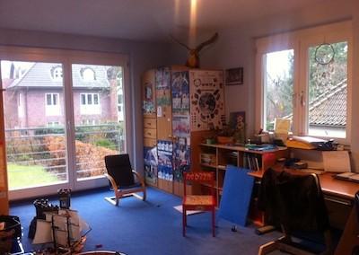 Kinderzimmer vorher - Sitzplatz mit Rücken zur Tür