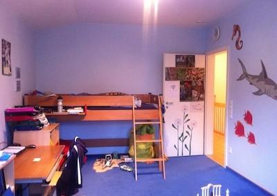 Kinderzimmer vorher - Bett blockiert Eingang