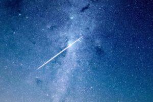 Sternschnuppe am blauen Nachthimmel